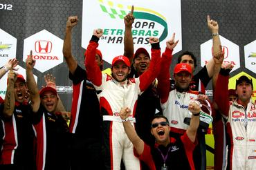 Ricardo Maurício festeja a conquista do título com a equipe Full Time. - Duda Bairros/Vicar