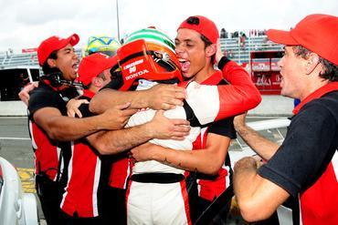 Membros da equipe abraçam o campeão Ricardo Maurício. - Membros da equipe abraçam o campeão Ricardo Maurício.