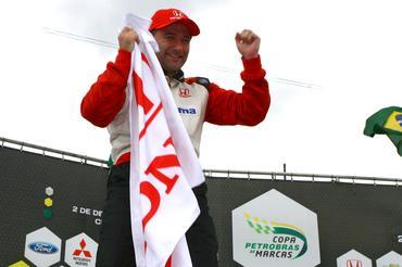 André Bragantini festeja no pódio com a bandeira da Honda. - Bruno Terena/Vicar