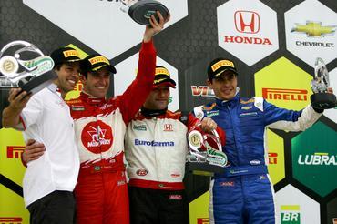 Pódio da corrida de encerramento da temporada da Copa Petrobras de Marcas. - Bruno Terena/Vicar