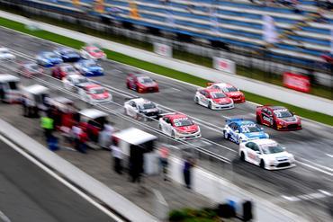 Muita velocidade na largada da Copa Petrobras de Marcas. - Duda Bairros/Vicar