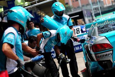 Equipe Medley prepara os carros de Barrichello e de Xandinho Negrão. Duda Bairros/Vicar