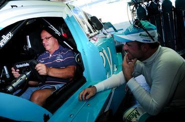 O avô de Rubinho, Rubens Barrichello, senta num carro da Copa Caixa Stock Car.