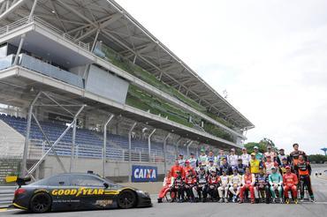 Pilotos da Copa Caixa Stock Car posam para foto da Corrida do Milhão Goodyear.