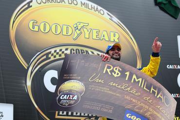Thiago Camilo festeja no pódio a vitória com o cheque de R$ 1 milhão.  Duda Bairros/Vicar