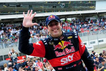 Pentacampeão Cacá Bueno mostra a mão cheia de títulos da Copa Caixa Stock Car.  Duda Bairros/Vicar