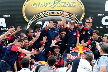Festa da Red Bull Racing pelo quinto título de Cacá Bueno na Stock Car. Duda Bairros/Vicar