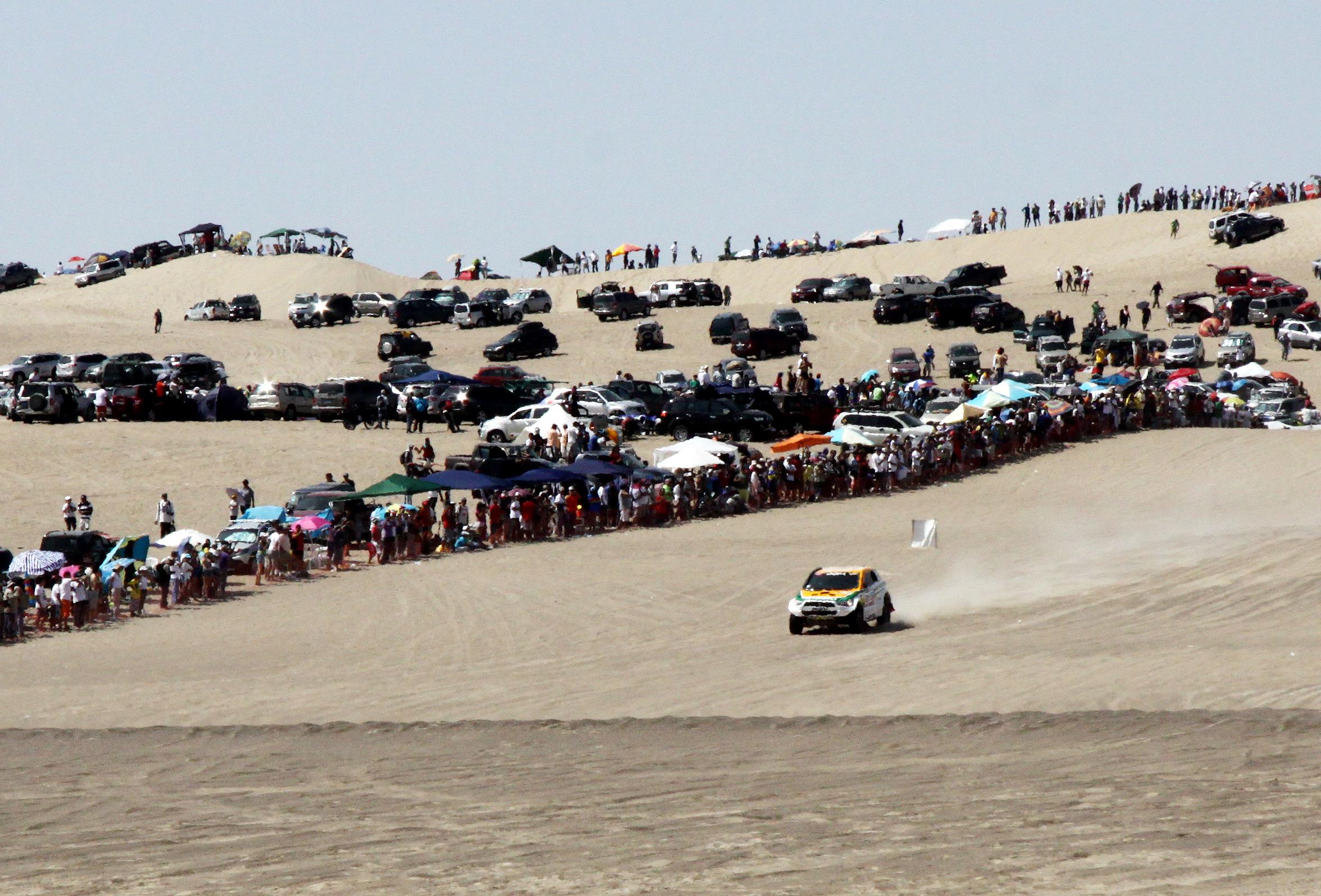 Público lotou Pisco para ver o Rally Dakar - Mitsubishi