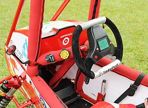 Volante com painel do sistema de acesso a internet do carro da equipe Poli