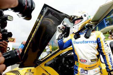 Ricardinho festeja sua décima pole position na carreira na Stock Car. -Duda Bairros/Vicar