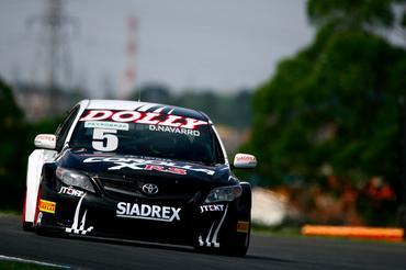 Denis Navarro continua a pilotar o Toyota Corolla que lhe deu a vitória em 2012. - Bruno Terena/Vicar