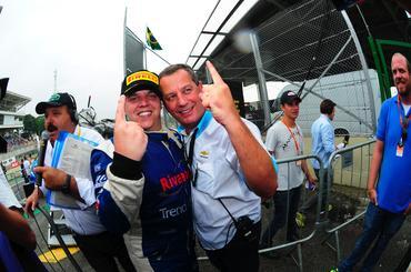 Romera festeja resultado com o dono da equipe J.Star Murillo Macedo. - Duda Bairros/Vicar