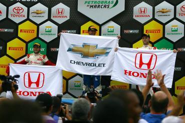Pódio dos pilotos com as respectivas bandeiras das montadoras da Copa Petrobras. - Bruno Terena/Vicar