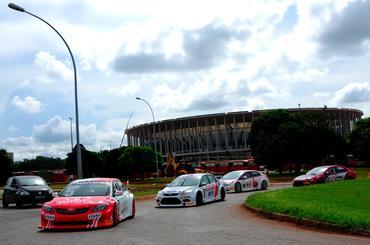 Na saída do autódromo, o estádio que vai receber a Copa das Confederações.  - Duda Bairros/Vicar