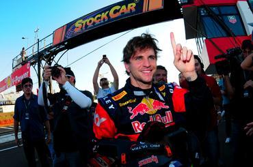 Daniel Serra festeja a terceira pole na carreira na Stock Car. - Duda Bairros/Vicar