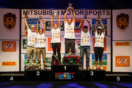 Ao lado da esposa, Celso comemora o 1º lugar no Mitsubishi Motorsports - Tom Papp / Mitsubishi