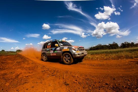 Competidores enfrentaram sol e muita poeira em Goiânia  - Ricardo Leizer/Mitsubishi