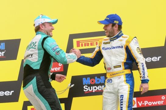 Primeiro e segundo, Ricardinho e Barrichello se cumprimentam no pódio da Bahia. - Duda Bairros/Vicar