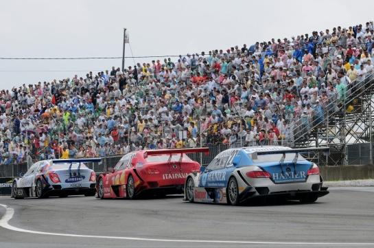 Público de 50 mil pessoas viu boas disputas na pista e muita movimentação. - Duda Bairros/Vicar