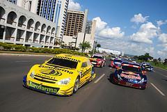 Carros das equipes marcam presença no evento que aproxima o público dos fãs. - Duda Bairros/Vicar