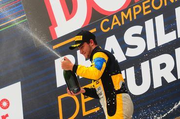 Felipe Fraga comemora sua primeira vitória no Campeonato Brasileiro de Turismo. - Duda Bairros/Vicar