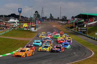 Largada da quinta etapa da Stock Car na manhã deste domingo em Brasília. - Duda Bairros/Vicar