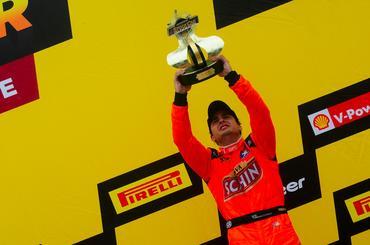 Marquinhos Gomes com o troféu pela mais sofrida vitória da carreira na Stock Car - Duda Bairros/Vicar