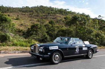 O luxuoso Rolls Royce anda entre os primeiros - Vera Lambiasi