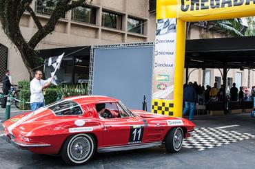 Corvette recebe bandeirada em segundo - Vera Lambiasi
