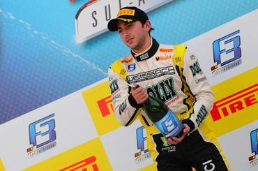 Raphael Raucci festeja a vitória na Fórmula 3 e ampliar a vantagem na liderança.