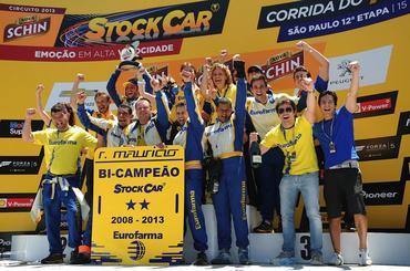Equipe unida comemora a conquista do bicampeonato de Ricardo Maurício. - Duda Bairros/Vicar