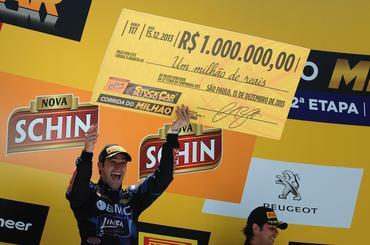 Ricardo Zonta com o cheque de R$ 1 milhão, o maior prêmio do esporte brasileiro. - Duda Bairros/Vicar
